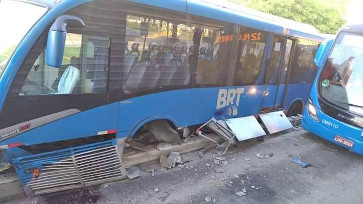 Vídeo: Ônibus do BRT Rio sofre acidente no corredor Transoeste nesta manhã