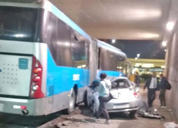 Rio: Carro cai de viaduto e atinge ônibus do BRT na Barra da Tijuca