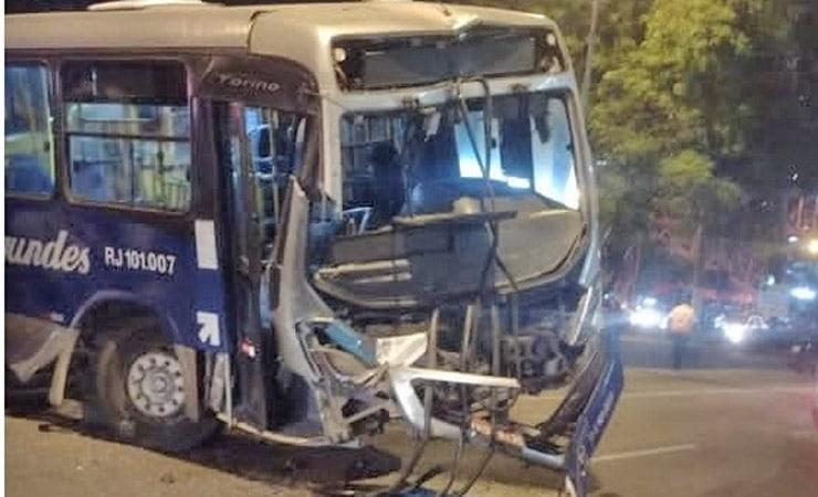 Vídeo: Acidente entre caminhão, ônibus e carros deixa um morto e 11 feridos em Niterói