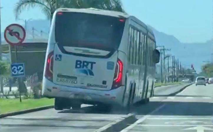 Ônibus do BRT Rio avança o sinal vermelho e circula quase tombando na zona oeste