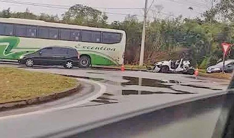 Vídeo: Acidente entre carro e ônibus da Executiva Transportes deixa dois mortos em Mogi das Cruzes/SP