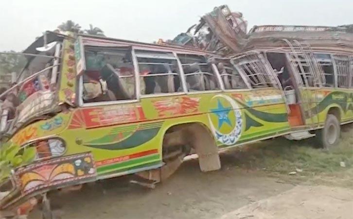 Acidente envolvendo ônibus e caminhão deixa 28 mortos no Paquistão