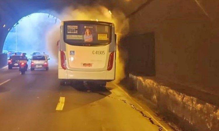 Rio: Ônibus da Real Auto Ônibus pega fogo no Túnel Rebouças
