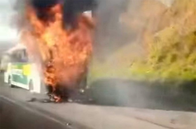 Vídeo: Ônibus da Expresso VYZ Tur pega fogo na Fernão Dias em Mairiporã/SP