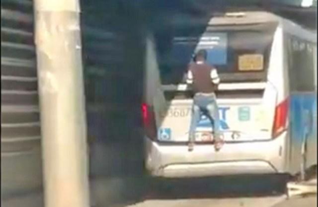 Vídeo: Homem viaja pendurado em ônibus do BRT Rio e cena viraliza na internet - revistadoonibus