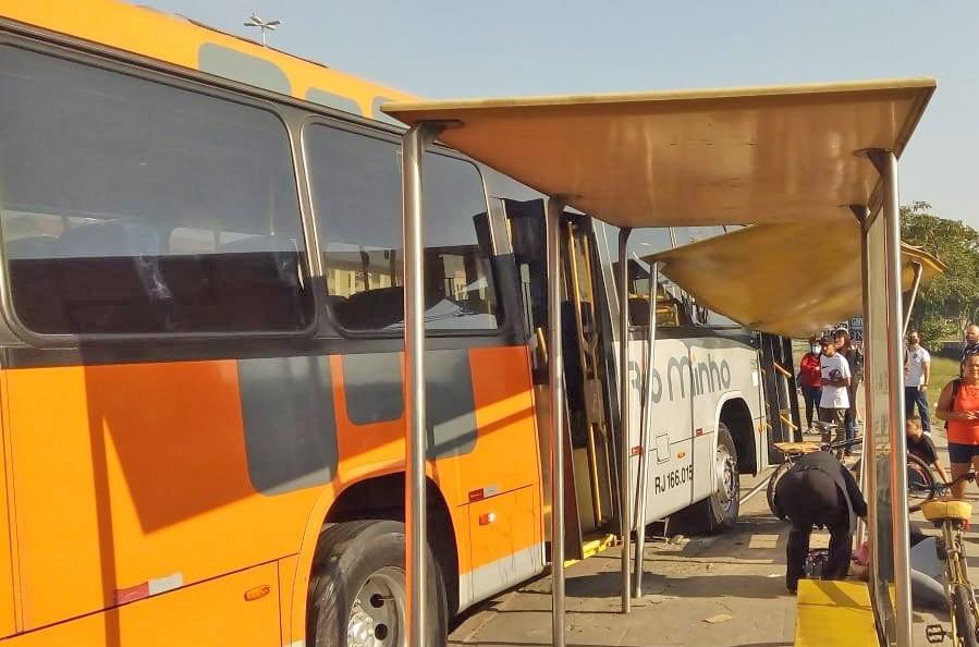 Rio: Acidente com ônibus da Rio Minho deixou duas mulheres feridas na Avenida Brasil