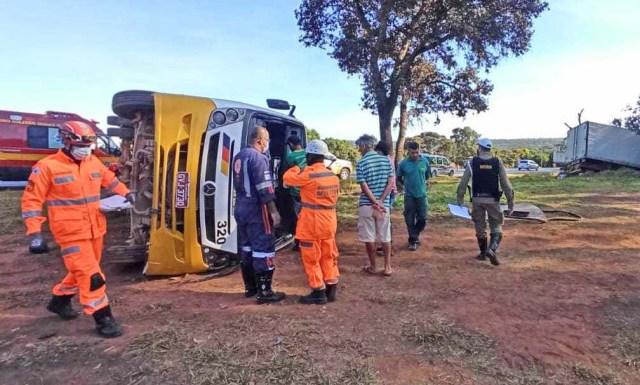 MG: Acidente entre carreta e micro-ônibus deixa 16 feridos na BR-135 entre Montes Claros e Bocaiuva - revistadoonibus