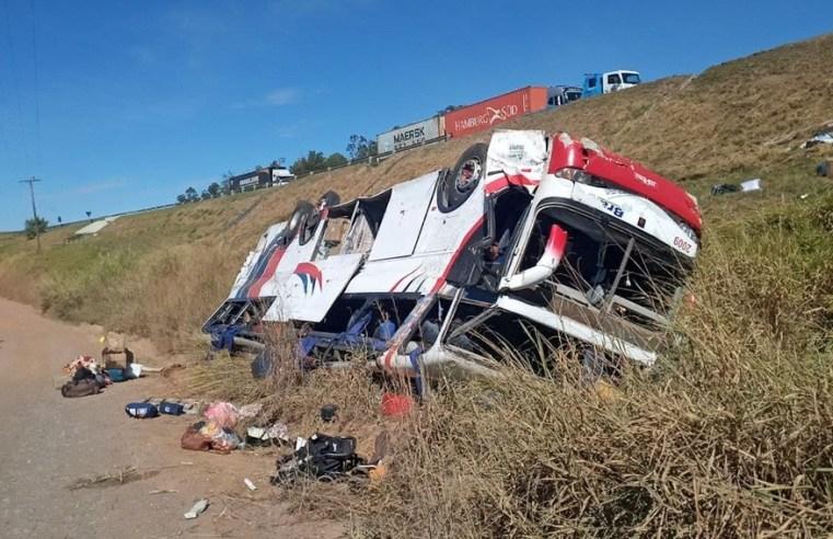 SP: Ônibus a serviço da Trans Brasil tomba na rodovia Washington Luís em Rio Claro