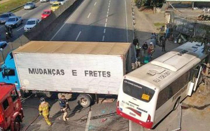 Vídeo: Acidente entre caminhão e ônibus da Tinguá fecha a Via Dutra em Nova Iguaçu