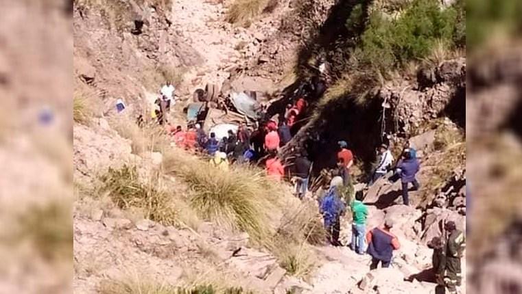 Bolívia: Ônibus cai de penhasco e deixa 34 mortos em Chuquisaca