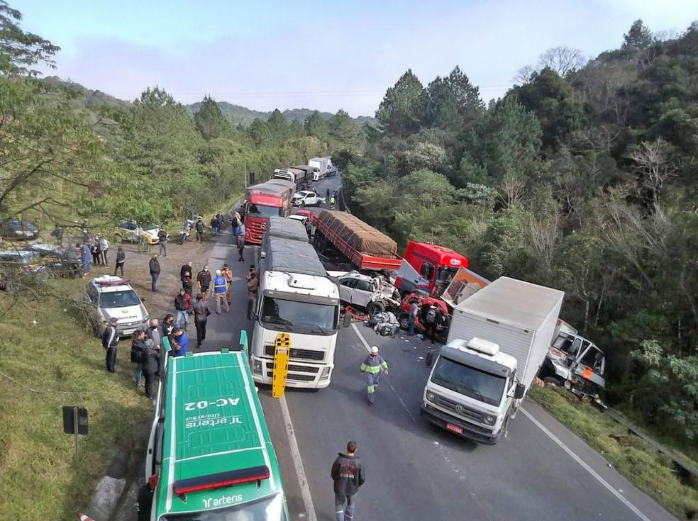 PR: Engavetamento entre 10 veículos deixa 7 feridos na BR-376 em Tijucas do Sul