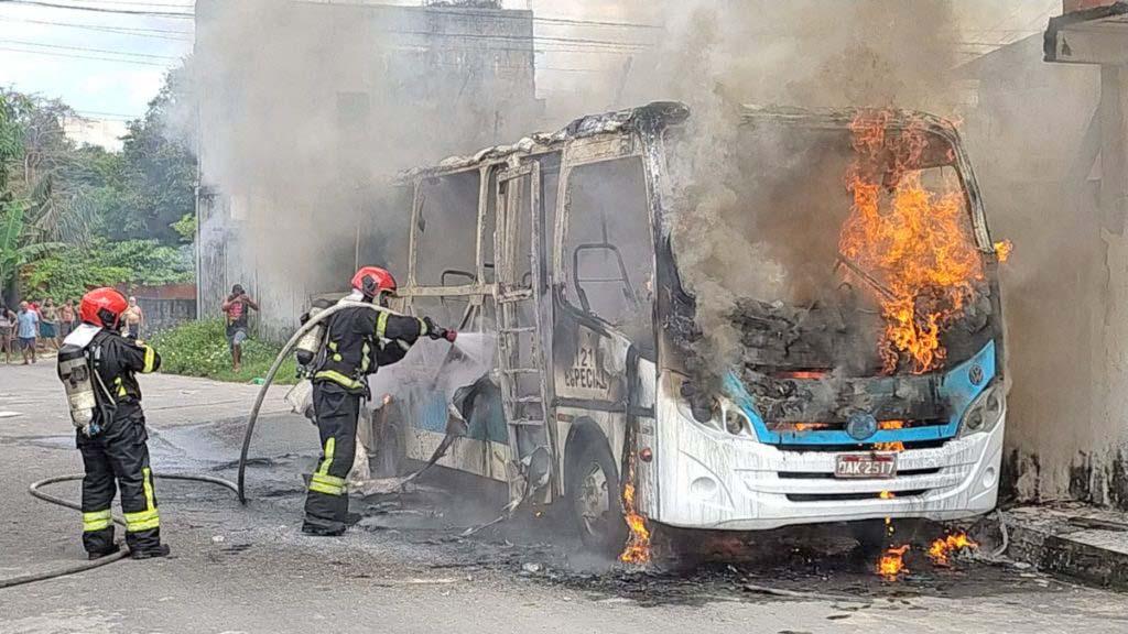 Manaus: Micro-ônibus pega fogo no bairro Nova Cidade