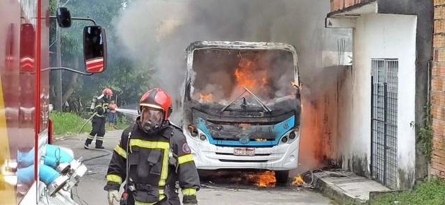 Manaus: Micro-ônibus pega fogo no bairro Nova Cidade - revistadoonibus