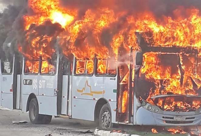 RJ: Ônibus da STI Macaé pega fogo nesta manhã – Vídeo