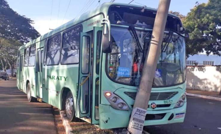 SP: Ônibus da Viação Paraty segue desgovernado e atinge poste em Jaú