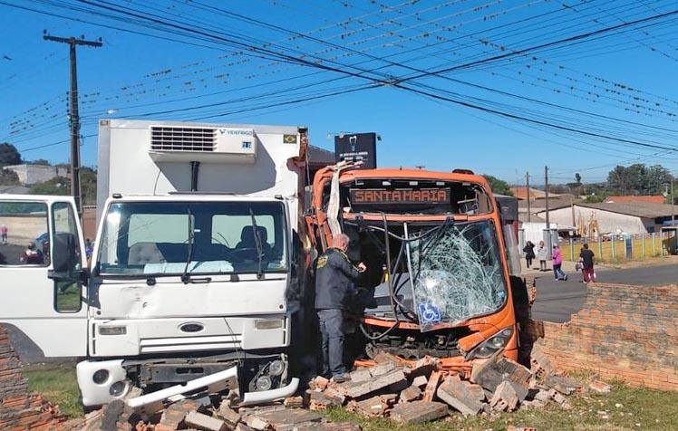 Ponta Grossa: Acidente entre ônibus e caminhão deixa doze feridos