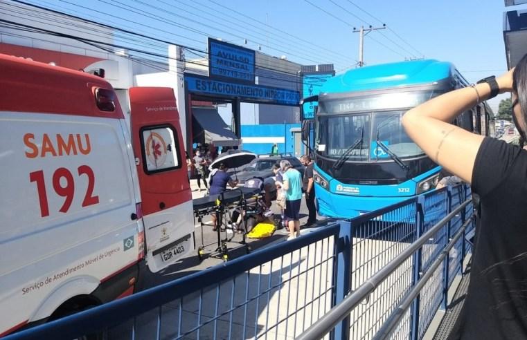 SP: Mulher acaba atropelada por ônibus do BRT Sorocaba na Avenida Itavuvu