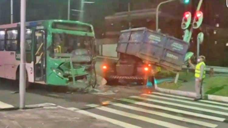 Acidente entre ônibus e caminhão deixa dois feridos em Salvador
