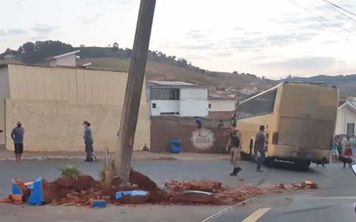 MG: Ônibus perde controle e bate em muro na cidade de Juruaia