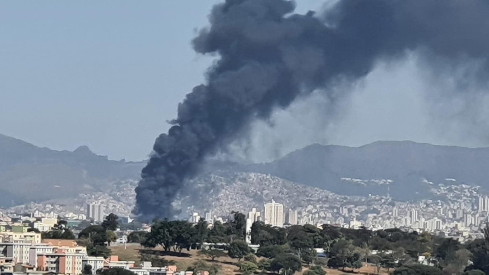 Belo Horizonte: Garagem de empresa de ônibus pega fogo na Região Norte