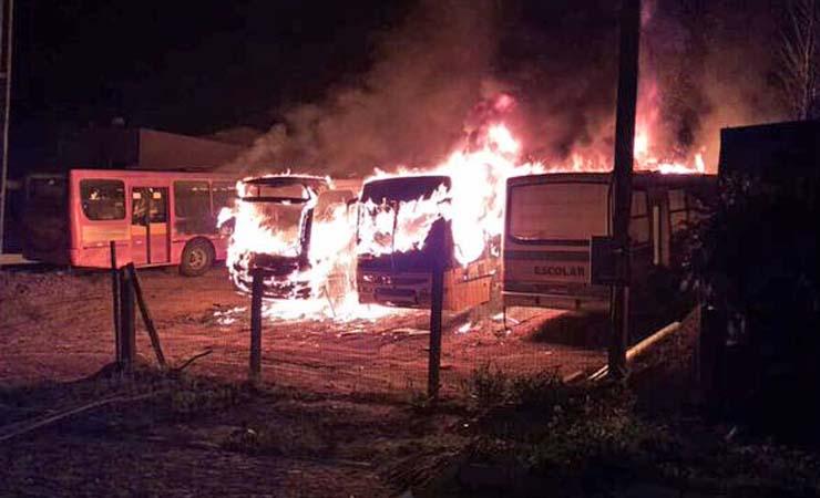 Vídeo: Incêndio destrói sete ônibus escolares em garagem de Ipiranga/PR
