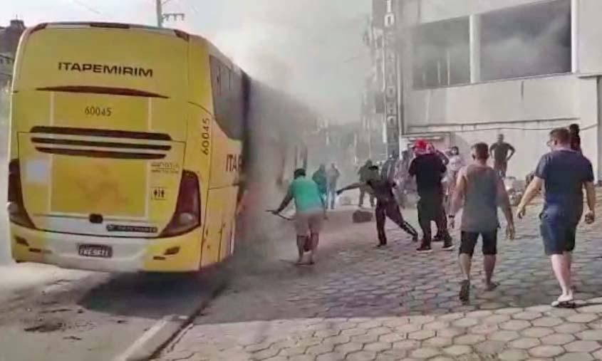 Vídeo: Ônibus da Viação Itapemirim pega fogo na cidade de Aparecida/SP