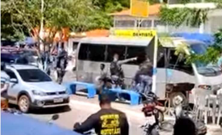 Vídeo: Homem ameaça passageiros de micro-ônibus em Santa Rita/MA