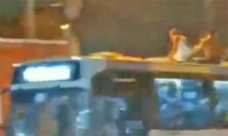 Rio: Ônibus circulam em alta velocidade com pessoas surfando no teto – Vídeo