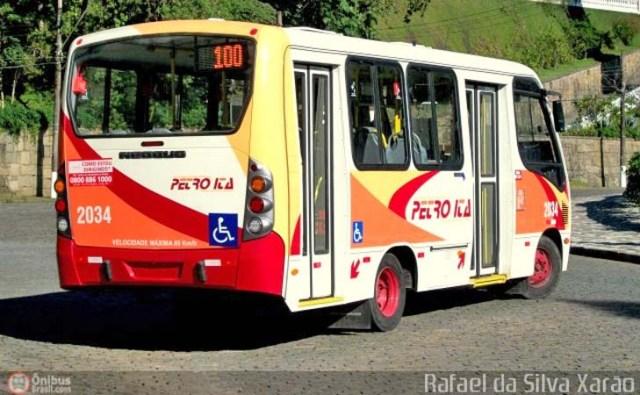 Petrópolis: Micro-ônibus da Viação Petro Ita derrapa e para em mureta de proteção - revistadoonibus