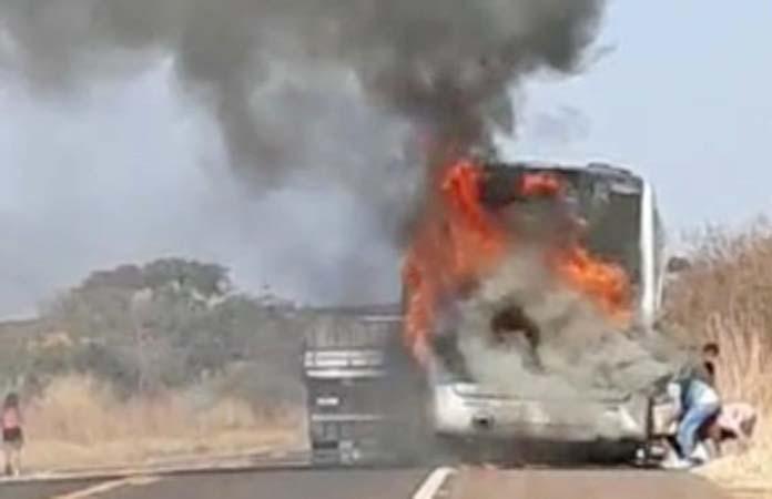 SP: Ônibus pega fogo na rodovia Cândido Portinari, em Pedregulho – Vídeo