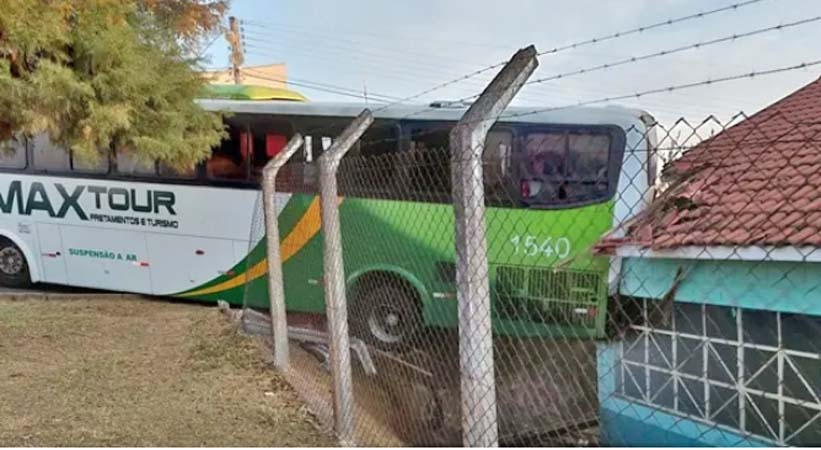 MG: Ônibus perde controle e invade Creche em Poços de Caldas