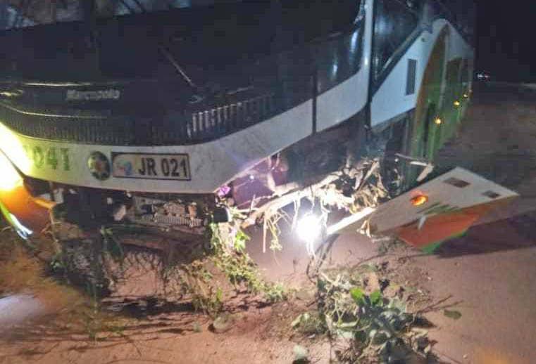 PA: Ônibus da Jarumã Transportes sofre acidente na rodovia PA-150 em Tailândia