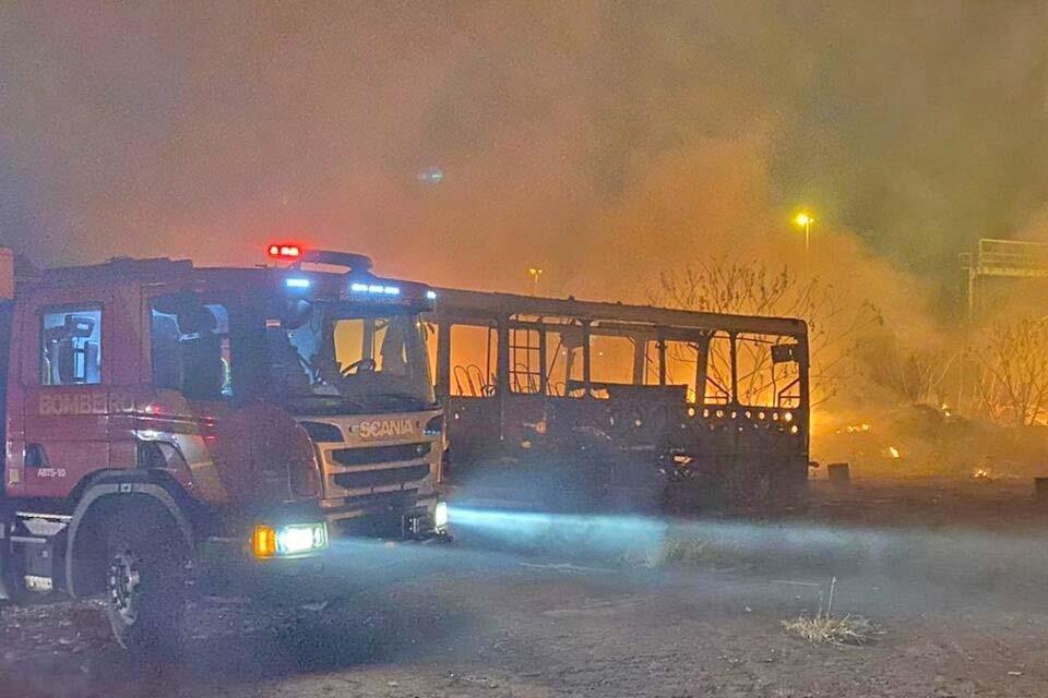 Goiânia: Incêndio atinte pátio com carcaças de ônibus da Metrobus