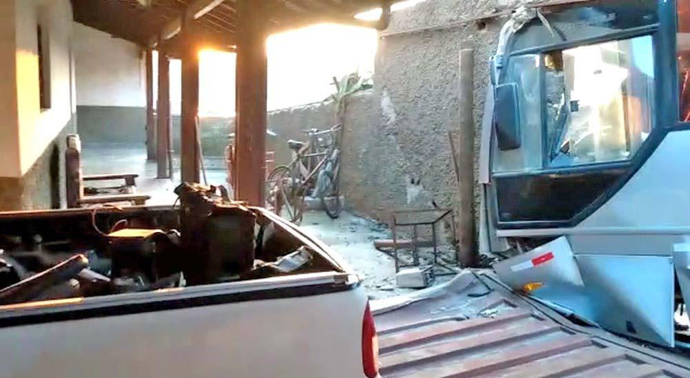 Vídeo: Motorista de ônibus perde controle e coletivo invade casa em Pedro Leopoldo/MG