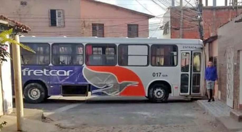 CE: Ônibus da Fretcar é abandonado no bairro Parque Albano em Caucaia