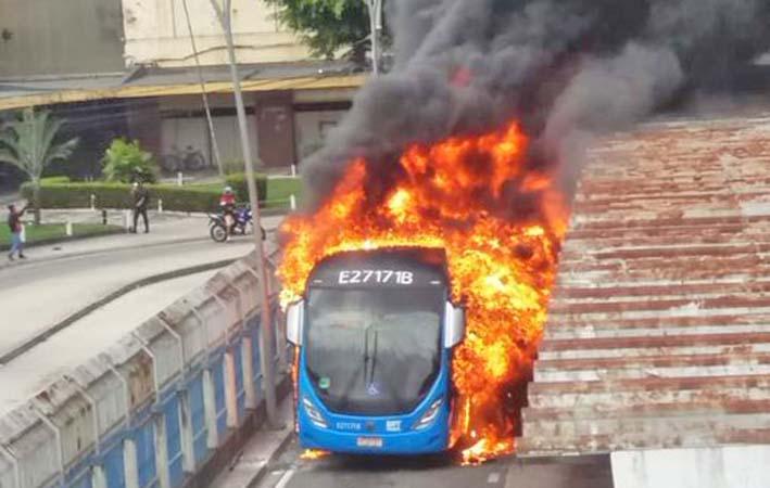 Vídeo: Ônibus do BRT Rio pega fogo em Madureira nesta manhã