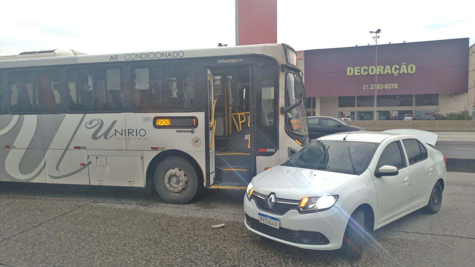 Rio: Acidente entre carro e ônibus da UniRio chama a atenção na Avenida Brasil