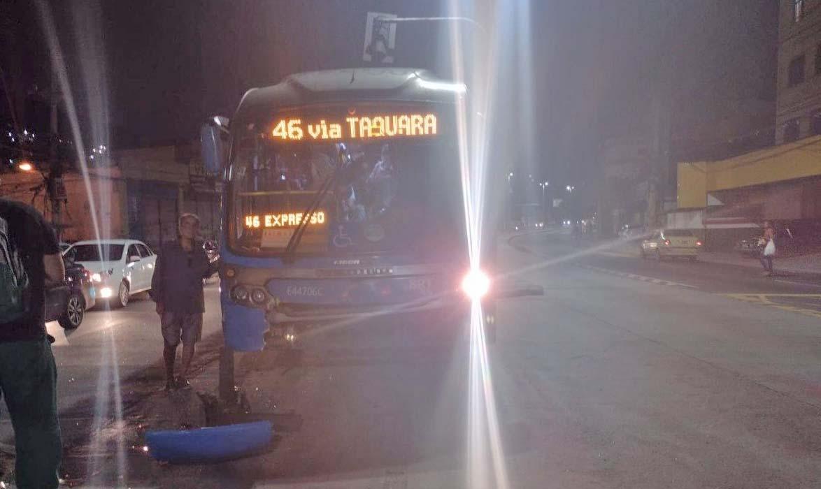 Rio: Acidente entre carro e ônibus do BRT retira coletivo de circulação