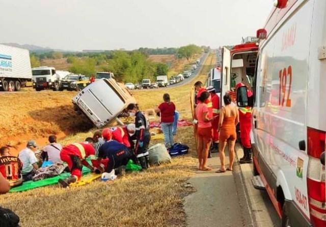 GO: Micro-ônibus tomba e deixa 18 pessoas feridas na BR-153, em Aparecida de Goiânia - revistadoonibus
