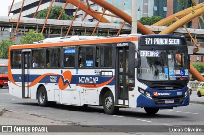 Vídeo: Ônibus da Viação Novacap fica entalado em viaduto na Leopoldina, no Rio de Janeiro