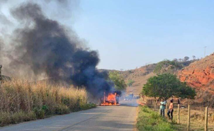 MG: Ônibus pega fogo quando trafegava em rodovia de Aimorés