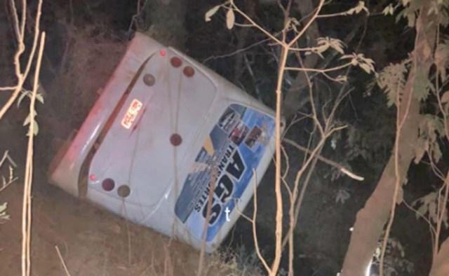 MG: Ônibus tomba com 55 passageiros a bordo em São Gotardo - revistadoonibus