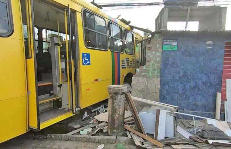 PE: Ônibus desgovernado da Itamaracá Transportes invade casa e deixa 7 feridos em Paulista