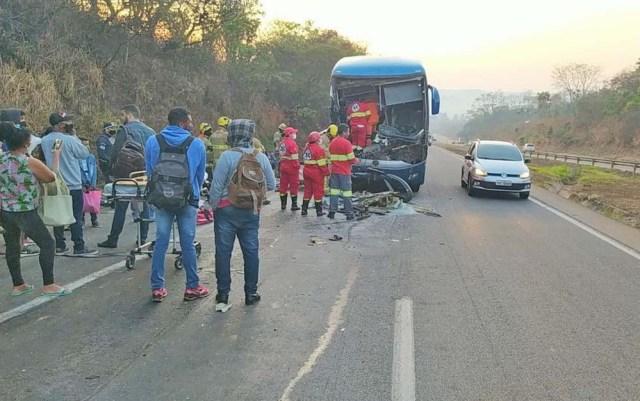 DF: Ônibus da Rápido Federal com 43 passageiros bate na traseira de carreta na BR-060 em Alexânia - revistadoonibus