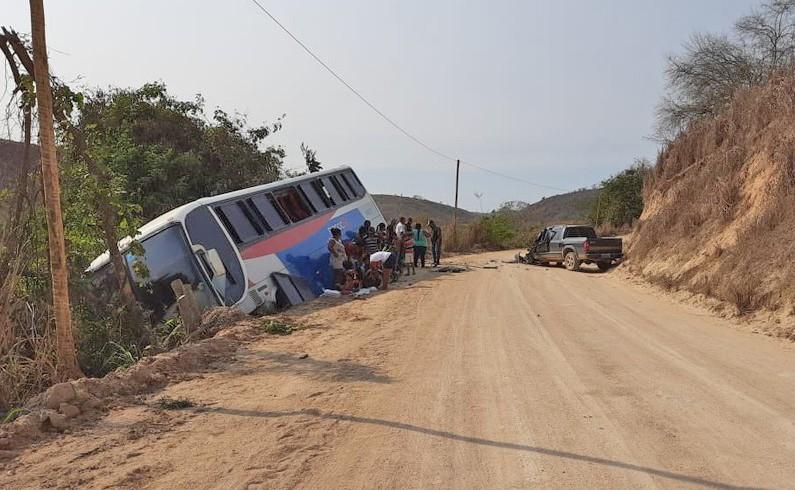 MG: Acidente entre caminhonete e ônibus da Rio Doce deixa uma pessoa ferida em Carlos Chagas