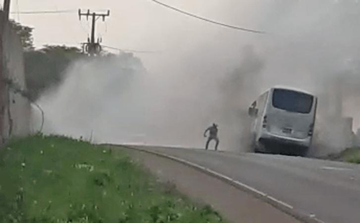 Vídeo: Micro-ônibus fretado pega fogo na rodovia SC-480 em Chapecó/SC - revistadoonibus