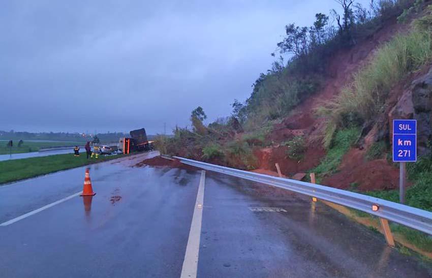 SC: Queda de barreira interdita a BR-101 em Imbituba nesta manhã