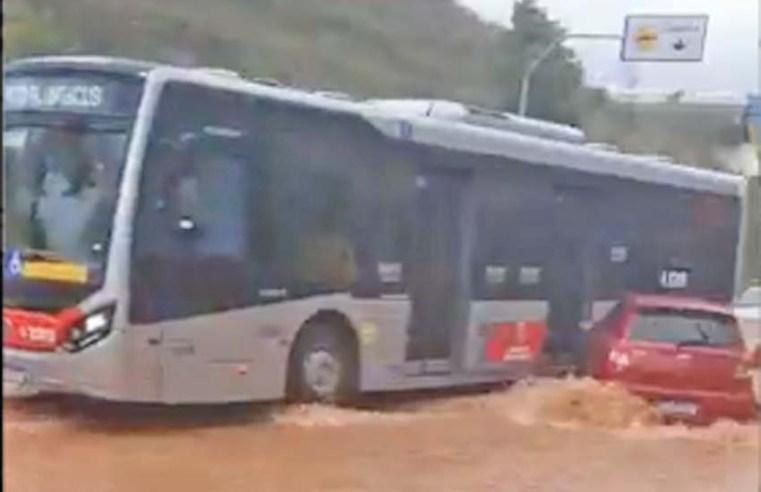Vídeo: Rompimento de adutora causa transtorno na Cidade Tiradentes em São Paulo - revistadoonibus