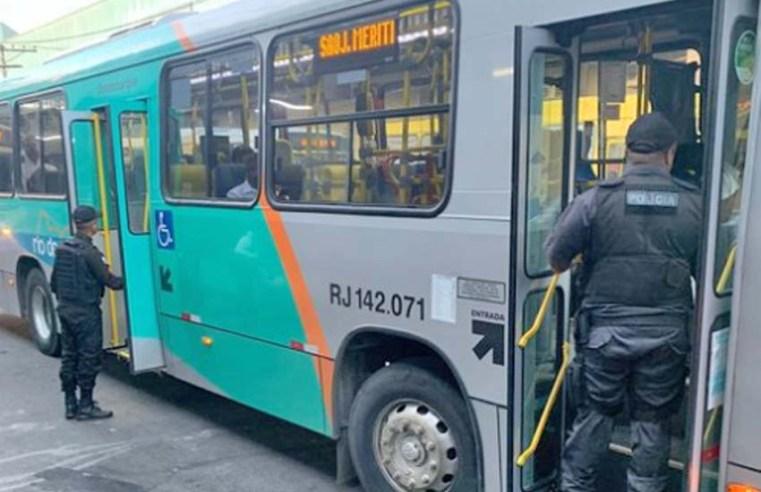 RJ: PM realiza fiscalização em ônibus na cidade de Duque de Caxias - revistadoonibus