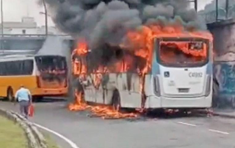 Vídeo: Ônibus da Real Auto Ônibus pega fogo no centro do Rio de Janeiro - revistadoonibus